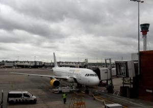 Avión de Vueling ayer en la plataforma de Heathrow.